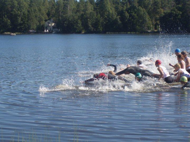 Deltagarna kastar sig i vattnet vid starten