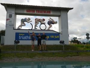 Ida, Mattsson och Olof poserar framför Säters konstverk