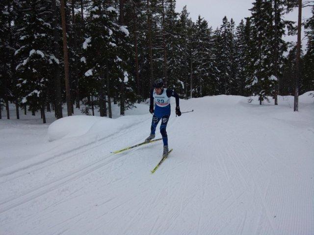 Lukas Peterson på skidor på väg in mot mål
